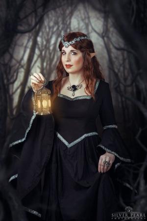 Fantasy Elfe Prinzessin im Wald Fotoshooting