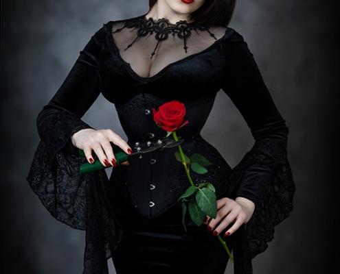 Gothic Beauty mit Korsett und Rose