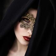 Mysterioese Frau mit Maske und Schleier