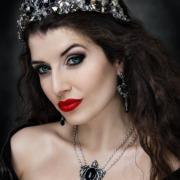 Dunkle Prinzessin mit Krone und Alchemy Gothic Schmuck