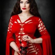 Rote Gothic Priesterin mit Totenkopf Schädel