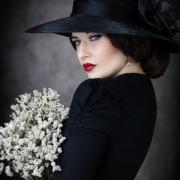 Schwarze Witwe mit Blumen Hut