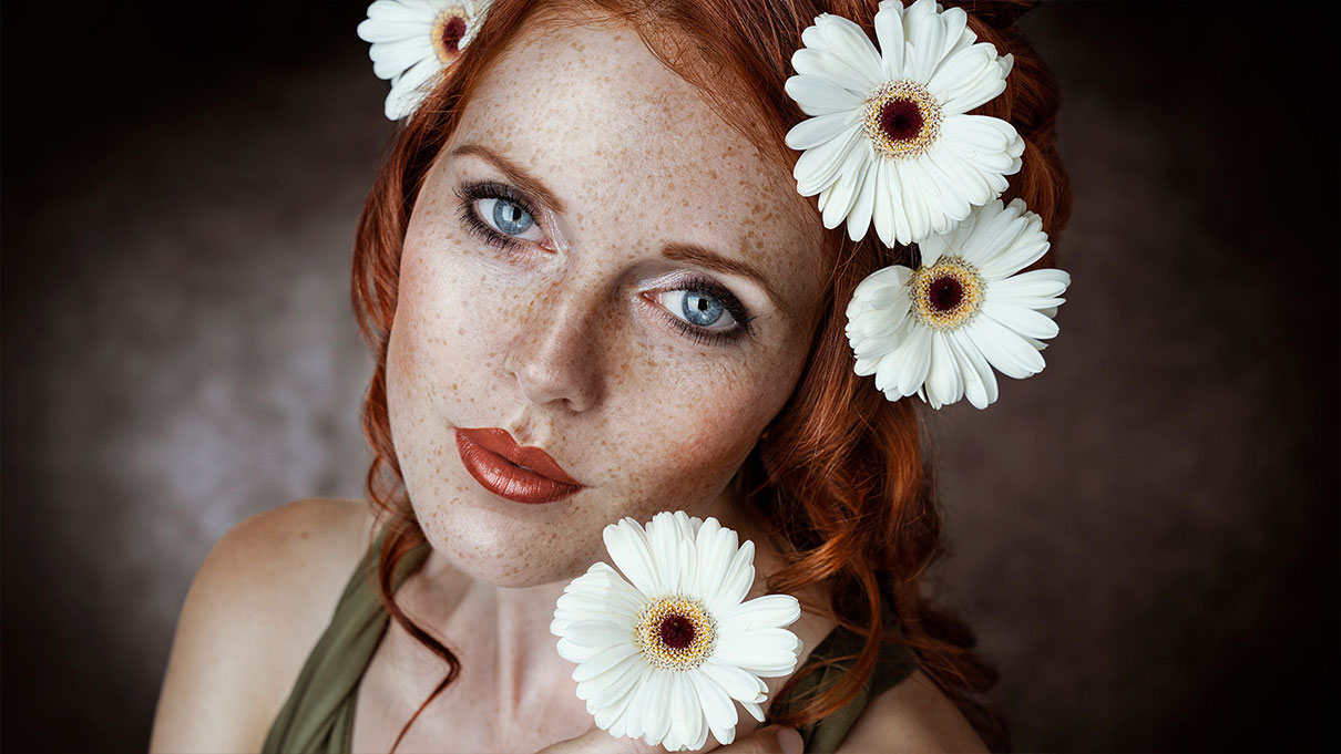 Rothaarige Schoenheit Blumen Fotografin