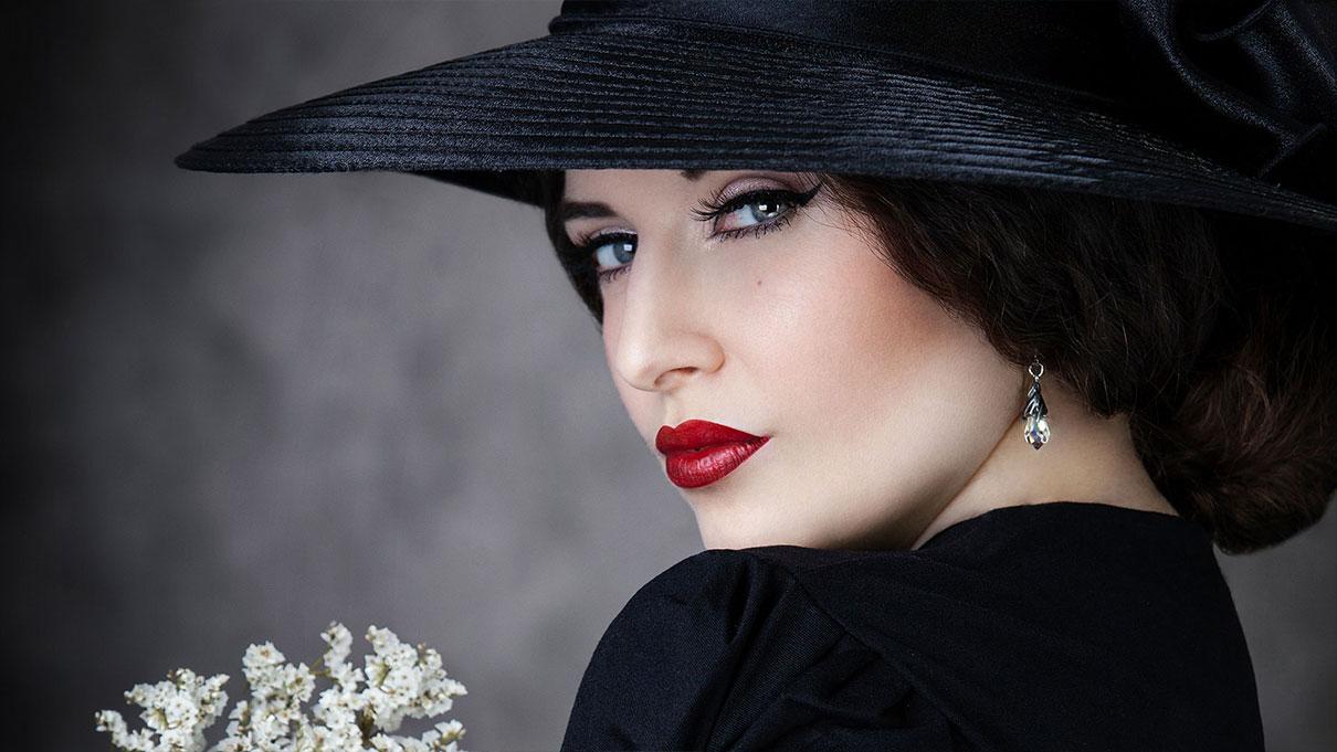 schwarze witwe mit Hut und Blumen La Esmeralda