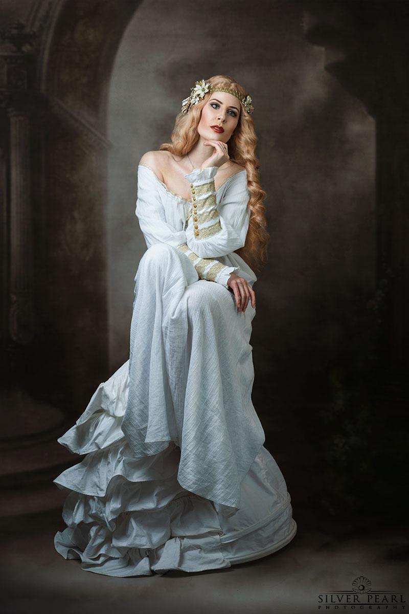 Aurelia Isabella blonde Jugendstil Schönheit