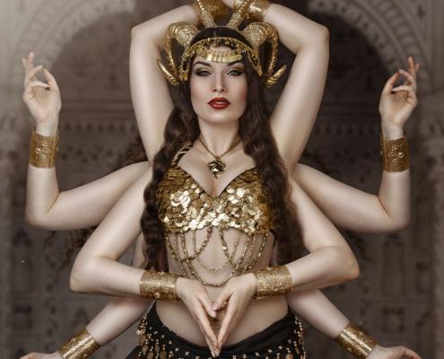 Märchenhafte orientalische Göttin im Bauchtanzkostüm