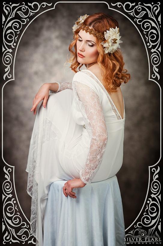 Verträumte Frau im Art Nouveau Stil