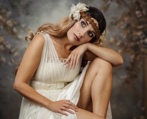 Verträumte Alfons Mucha Muse in weißem Kleid